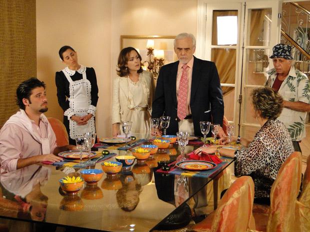 Clô conta que Olavo tem um filho com Bete Gouveia e Clô revela o nome dele para o desespero de Berilo