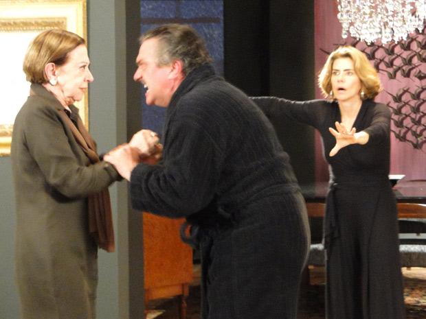 Saulo parte para cima da própria mãe. Bete tenta se soltar dando tapas no filho