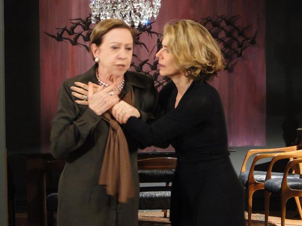 Stela tenta acalmar Bete, que acaba de enfrentar Saulo