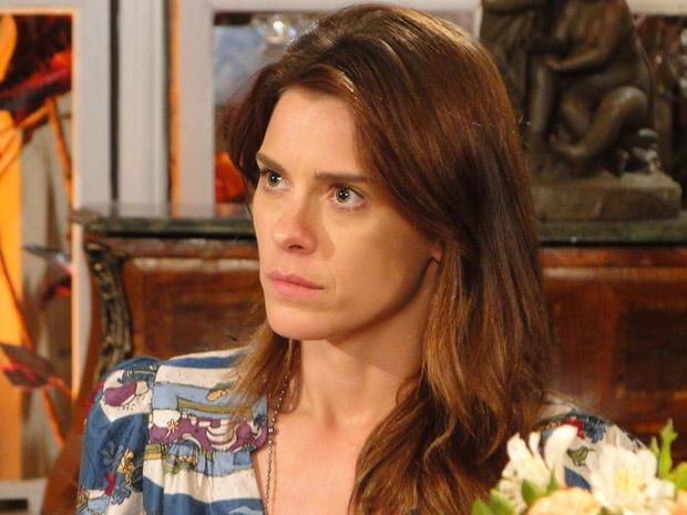 Diana engole a seco quando ouve Melina dizer que o casamento com Mauro já tem data marcada