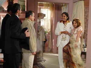Gigi dfisfarça e mostra o vestido que Jacques fez para ela