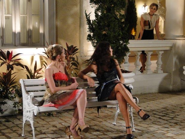 Luísa chega na hora e ouve o que Marcela falou