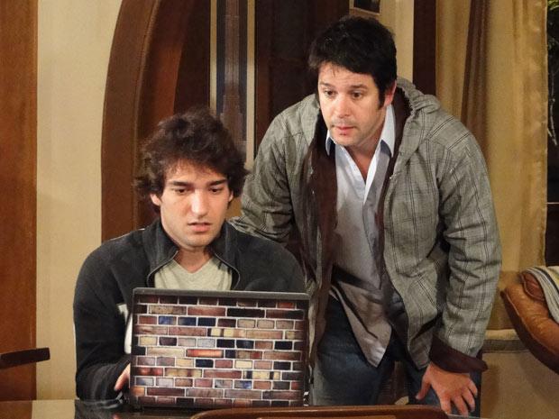 Luti mostra para Ari que todos estão falando de Victor Valentim na internet