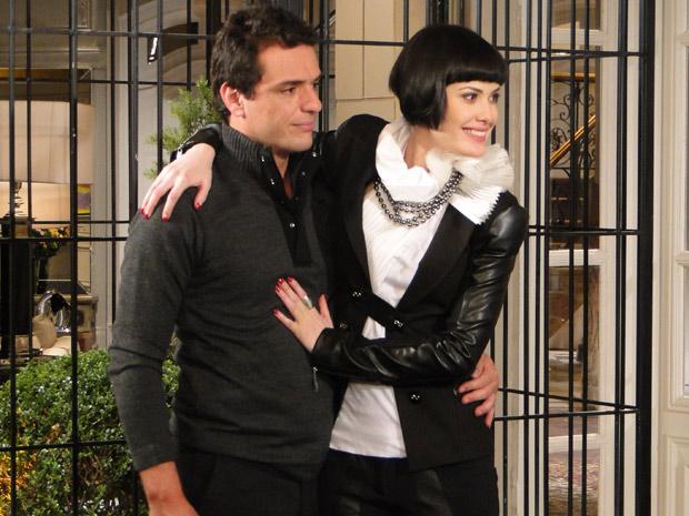 Melina se anima para contar sobre o casamento com Mauro, mas o filho do chofer não comemora