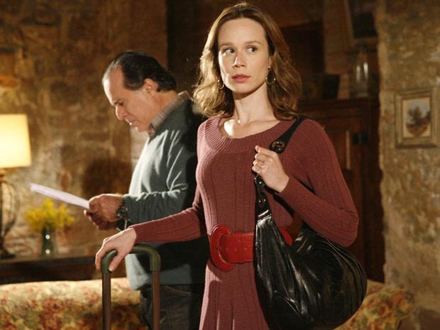 Totó não deixa Clara ir embora e lê o documento na frente dela. A loura está apavorada