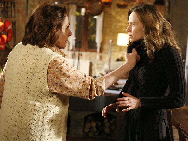 Gemma está com raiva, pois desconfia que Clara tenha provocado o incêndio e pega a loura pelo colarinho