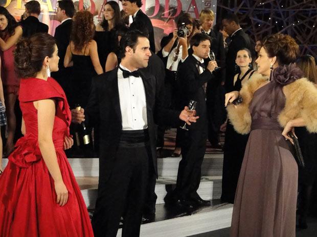 Jaqueline se aproxima de Desirée e Chico para descobrir de quem é o vestido