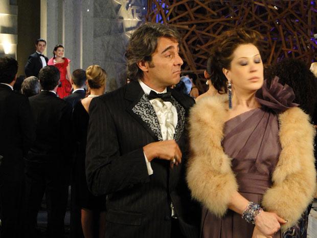 Jacques Leclair fica arrasado ao ver que todos estão interessados no vestido de Desirée