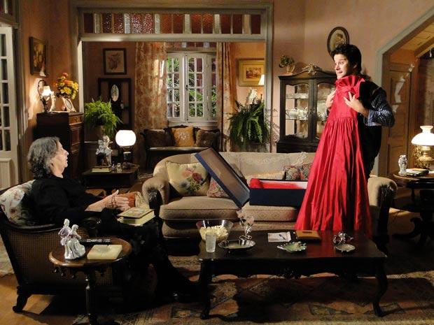 Ari oferece o vestido que Desirée usou na festa da Moda Brasil em troca do anel