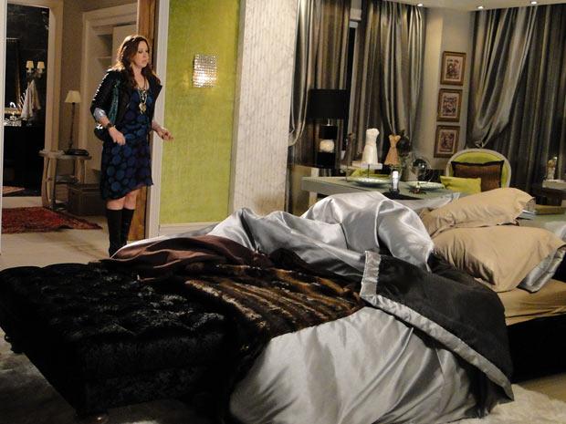 Jaqueline fica desconfiada e vai checar se Jacques está em casa