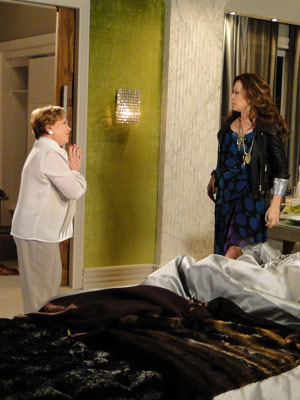 Ela vê alguém dorimindo, mas Júlia pede para ela não o acordar