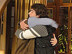 Os dois se abraçam, mas Luti pede para o pai não aprontar novamente