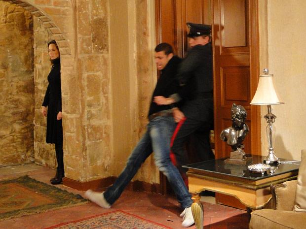 Clara denuncia Danilo e respira aliviada ao vê-lo sair algemado por policiais