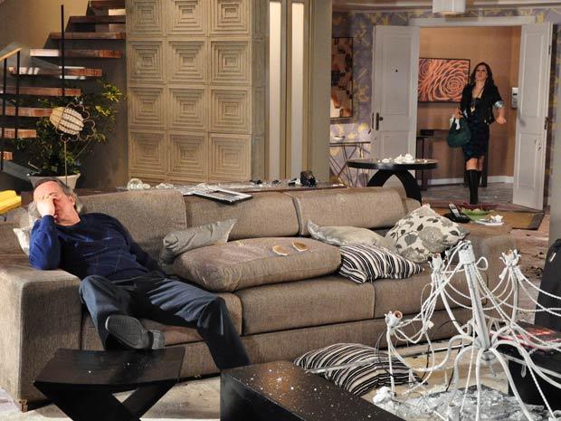 Jaqueline entra com tudo no apartamento de Breno