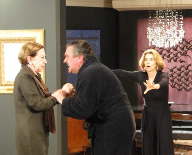 Saulo se descontrola e agride Bete, para horror da mãe e de Stela