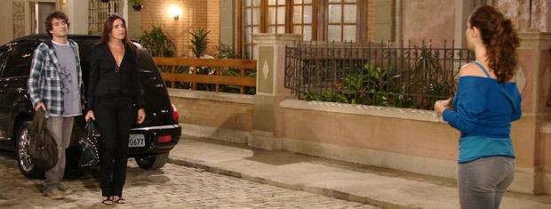 Suzana vê Desirée na vila onde Ariclenes mora e fica intrigada
