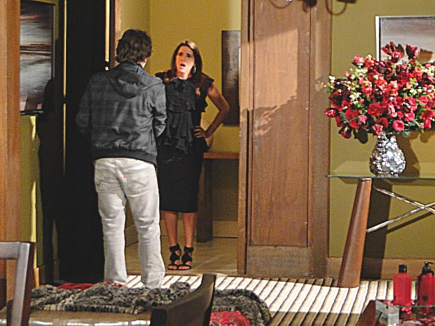 Luti abre a porta e dá de cara com Suzana