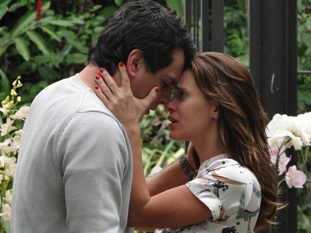 Diana se declara para Mauro e pede a ele que desista de Melina