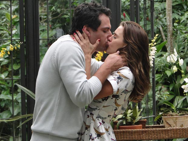 Mauro não resiste e eles acabam se beijando