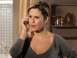 Ela liga para Camila e descobre que os dois não estão juntos