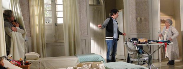 Cecília implica com Olga e pede para Ari tirá-la do quarto