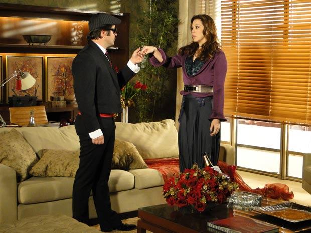 Ari aperece vestido de Victor Valentim e Jaqueline fica hipnotizada com seu ar sedutor