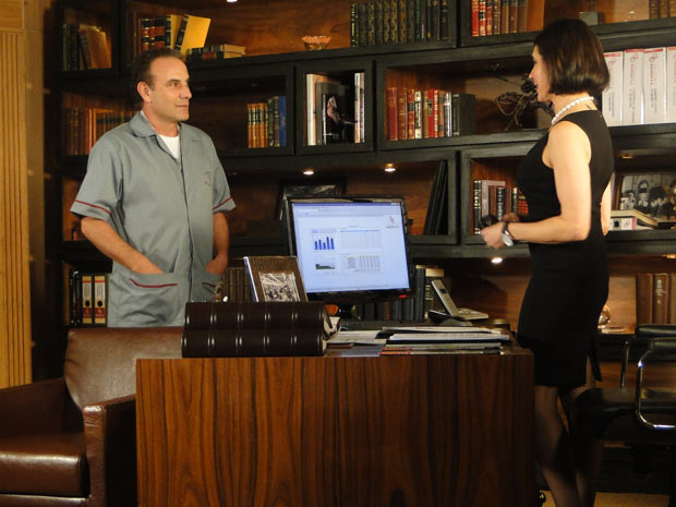Rebeca convida Gino para jantar em sua casa