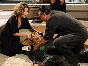 Saulo e Stela tentam acordar o filho