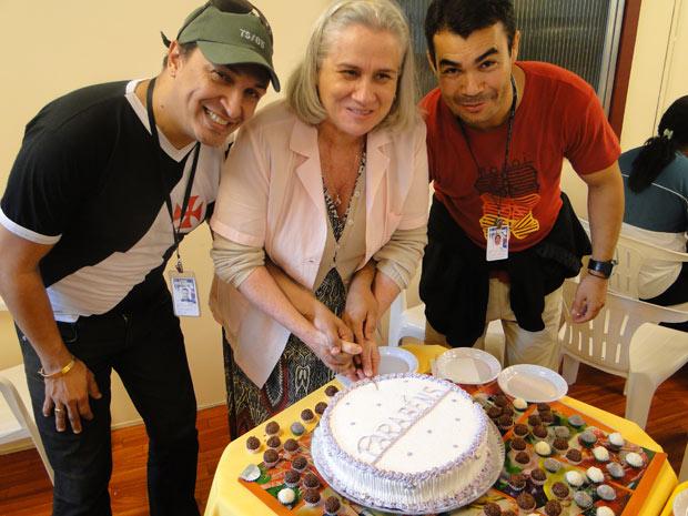 Vera Holtz antecipa a comemoração de aniversário ao lado da equipe de Passione