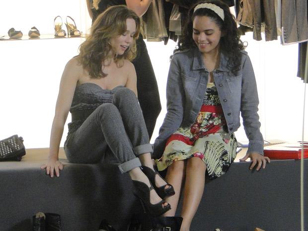 Kelly é só alegrioa ao lado de Clara, que gasta para ver a irmã feliz