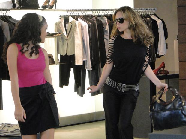 Clara compra roupas para Kelly e as duas se divertem no shopping