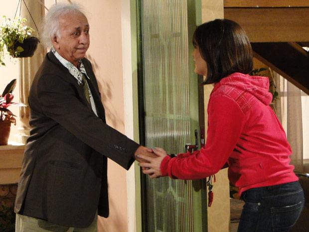 Fátima recebe Fortunato, mas não consegue ouvir nada da conversa dele com Felícia