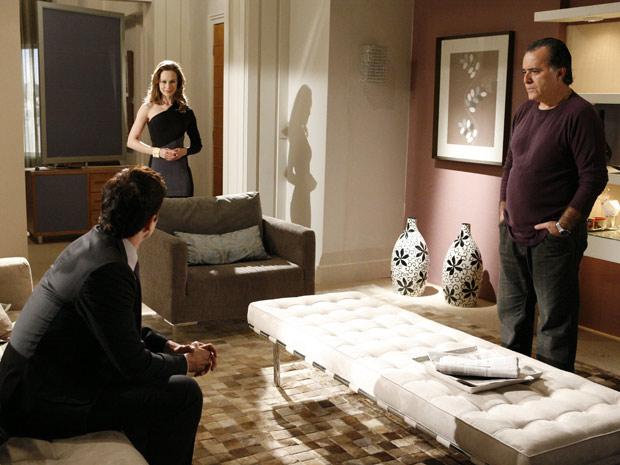 Fred engole a seco ao descobrir que Clara é a esposa de Totó