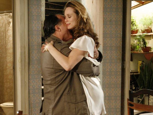 Apaixonado, Totó abraça Clara