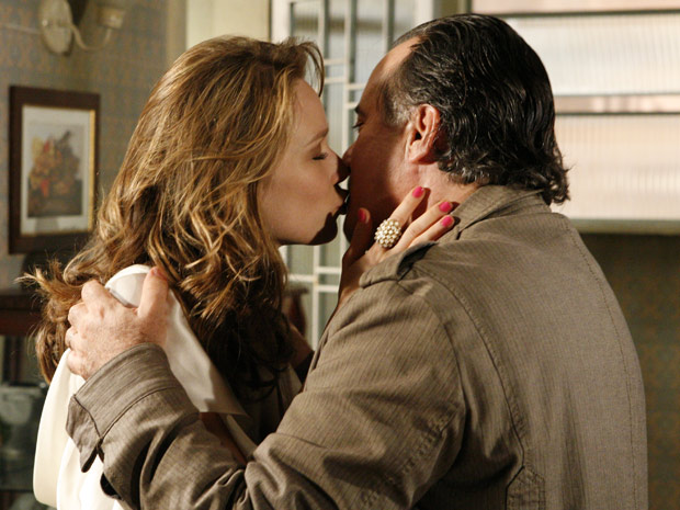 O casal se beija e Totó diz a Clara que vai levá-la a um hotel para ficarem sozinhos e longe de todos