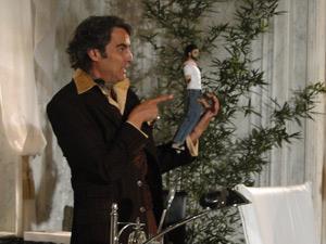 Ele mostra o boneco sem braço que recebeu