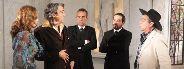 Coronel Malta aparece no ateliê de Jacques Leclair, que fica apavorado