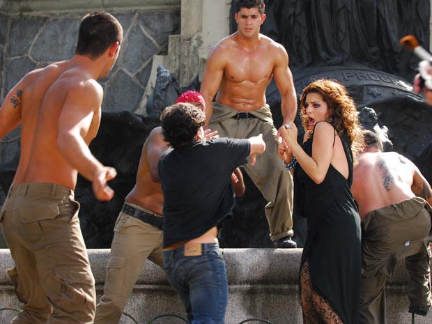 Armandinho chega e não gosta de ver Desirée posando com os modelos e sai distribuindo socos e pontapés