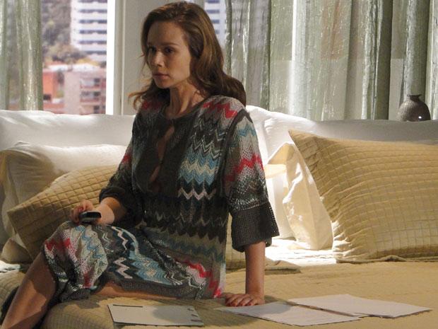Clara se assusta ao receber ligação anunciando que oficial de justiça está atrás dela