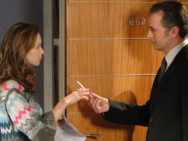 Assustada, Clara recebe e assina intimação da justiça