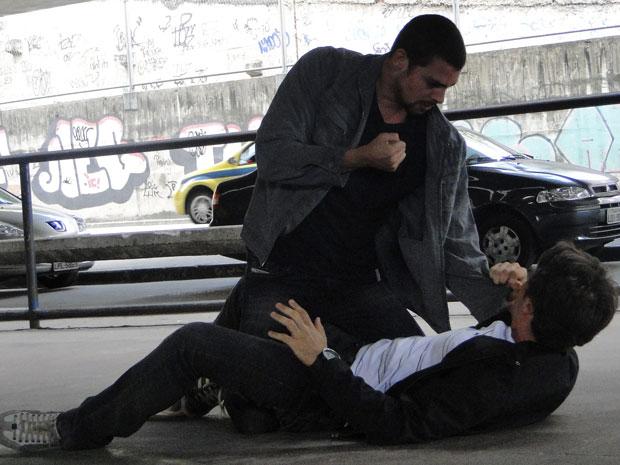 Danilo parte para cima de Sinval e os dois brigam
