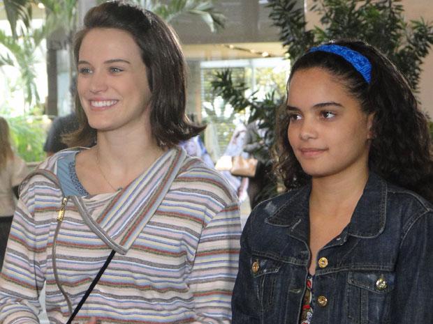 Kelly se encanta por Alfredo e os dois trocam olhares durante passeio no shopping