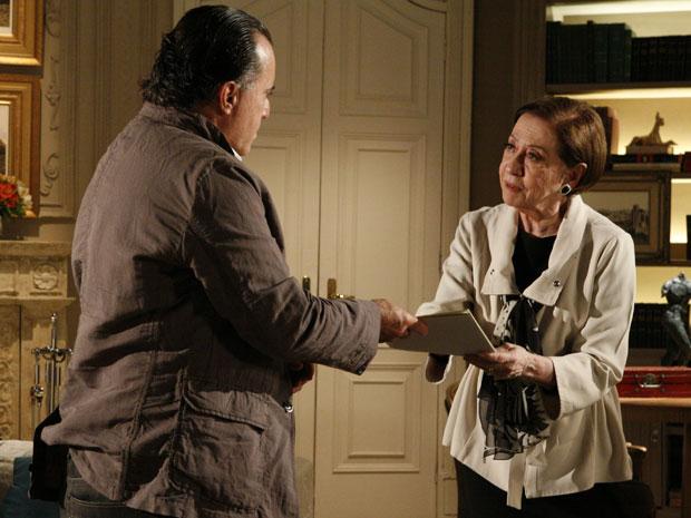Totó recebe das mãos de Bete dossiê sobre falcatruas de Fred
