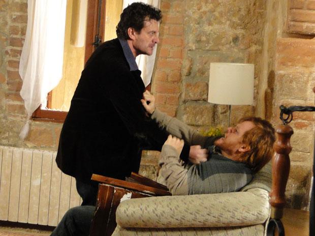 Adamo escuta os gritos de Francesca e acaba saindo no tapa com Ugo