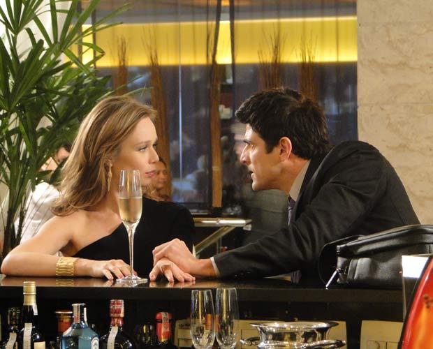 Clara se encontra com Fred em hotel e lhe propõe aliança