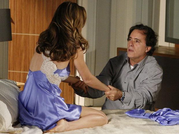 Clara pede perdão a Totó e os dois se beijam