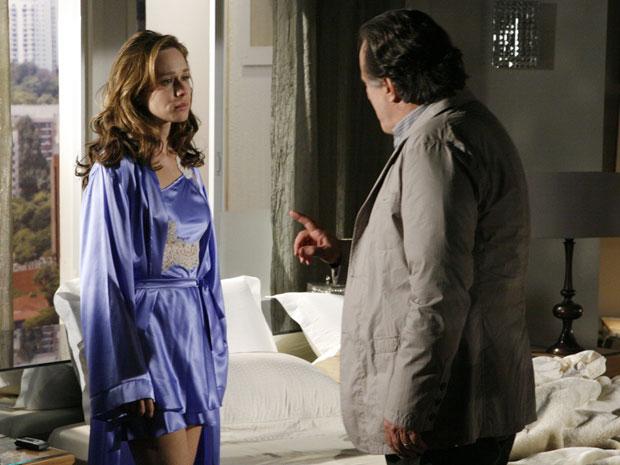 Totó diz a Clara que deveria abandoná-la, mas não consegue
