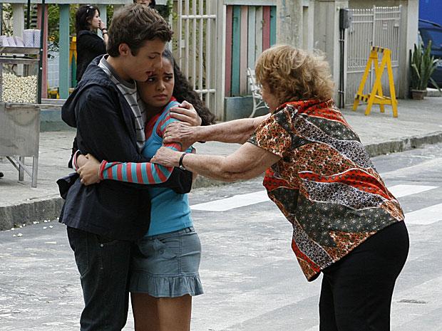Kelly corre para os braços de Alfredo