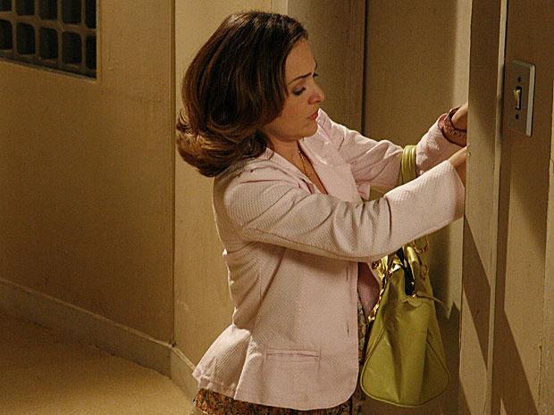 Com a chave errada, Jéssica força a porta