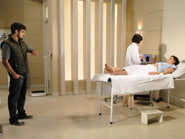 Edgar fica preocupado com o horário e Marcela diz que ele pode ir embora